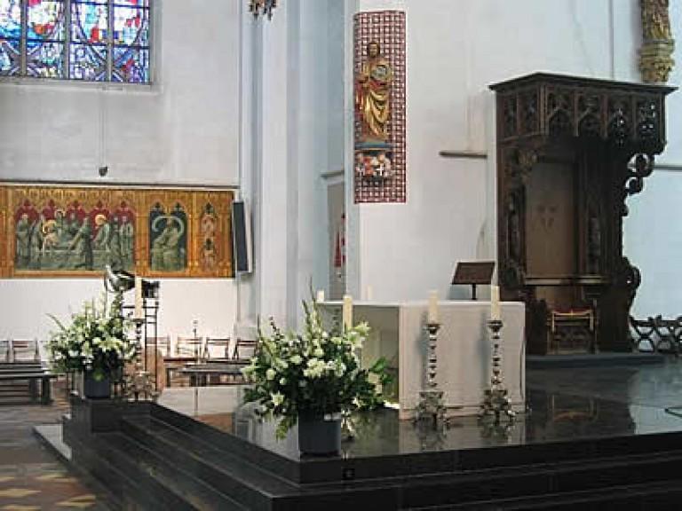 het noordertransept, met rechts de bisschopstroon